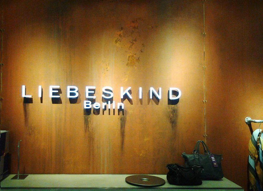Referenz Ladenbau Liebeskind Rostwand mit Logo